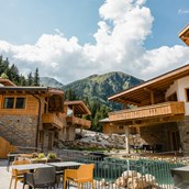 Destination-Wedding: PURE Resort Pitztal - Das Chaletdorf - Innenhof - PURE Resort Pitztal